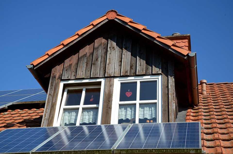 Obținerea autorizației pentru montarea panourilor fotovoltaice durează 450 de zile