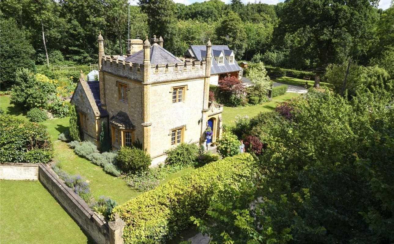Cum arată şi cât costă cel mai mic castel din Marea Britanie