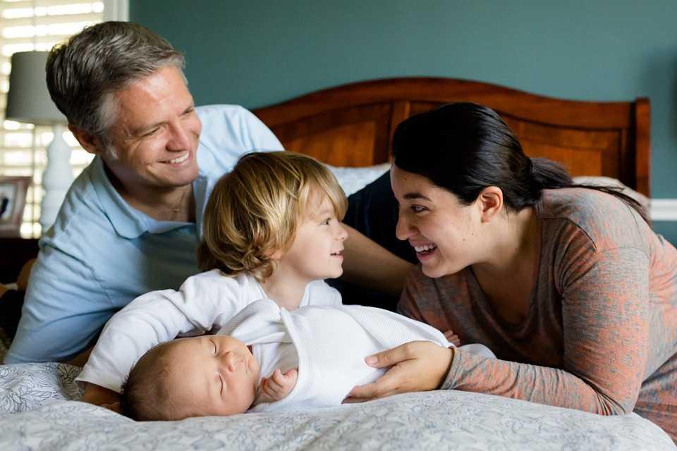Şase trucuri să-i înveţi pe cei mici să împartă camera