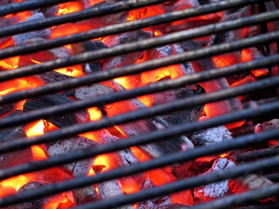Grătar pe gaz sau cu cărbuni? Care sunt avantajele şi dezavantajele