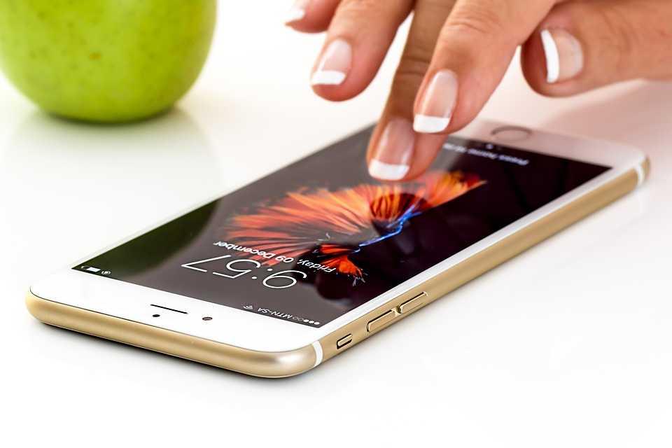 Cum cureţi corect telefonul şi cum îl păstrezi fără microbi