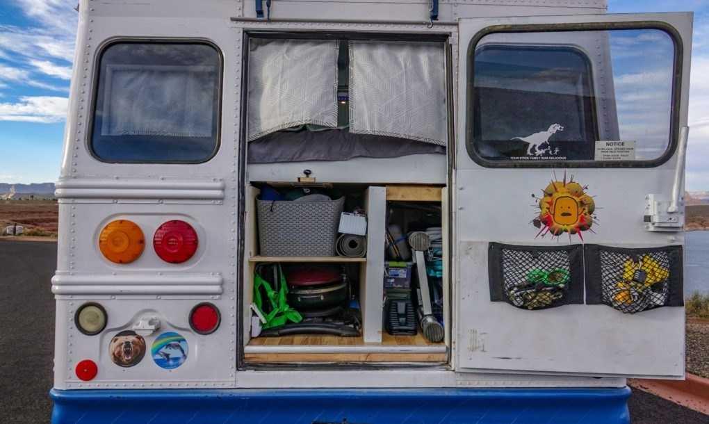 Autobuz vechi de 20 de ani transformat în casă solară
